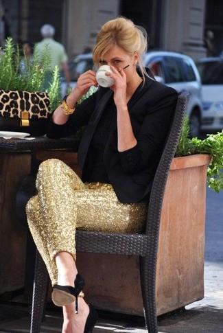 Comment porter: blazer noir, t-shirt à col rond noir, pantalon slim pailleté doré, escarpins en daim noirs