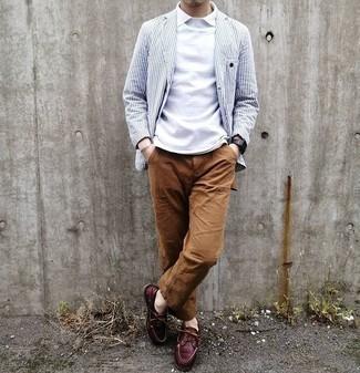 Comment porter un pantalon chino marron: Marie un blazer à rayures verticales blanc et bleu marine avec un pantalon chino marron pour prendre un verre après le travail. Tu veux y aller doucement avec les chaussures? Termine ce look avec une paire de des chaussures bateau en cuir bordeaux pour la journée.