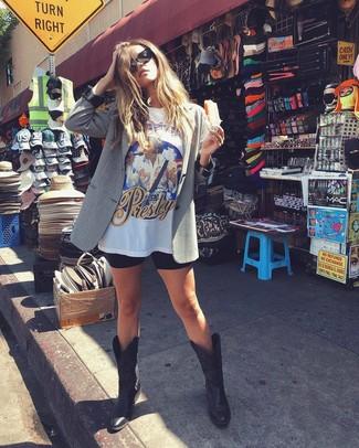 Comment porter: blazer gris, t-shirt à col rond imprimé blanc, short cycliste noir, bottes western en cuir noires