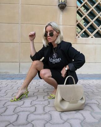 Comment porter: blazer noir, t-shirt à col rond imprimé noir et blanc, short cycliste noir, sandales à talons en cuir chartreuses