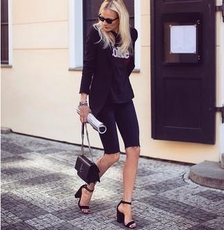 Comment porter: blazer noir, t-shirt à col rond imprimé noir et blanc, short cycliste en denim noir, sandales à talons en daim noires