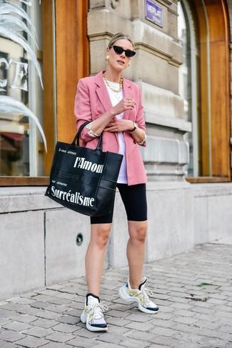 Comment porter: blazer rose, t-shirt à col rond blanc, short cycliste noir, chaussures de sport blanches