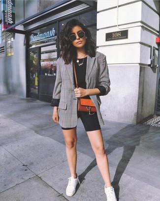 Comment porter: blazer écossais gris, t-shirt à col rond noir, short cycliste noir, baskets basses blanches
