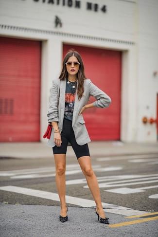 Comment porter des lunettes de soleil ornées marron foncé: Opte pour un blazer gris avec des lunettes de soleil ornées marron foncé pour une tenue idéale le week-end. Cette tenue est parfait avec une paire de des escarpins en toile imprimés noirs et blancs.
