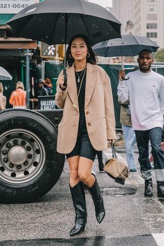 Comment porter: blazer en laine marron clair, t-shirt à col rond noir, short cycliste noir, bottes western en cuir noires