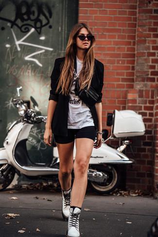 Comment porter: blazer noir, t-shirt à col rond imprimé blanc et noir, short cycliste noir, bottines plates à lacets en cuir blanches