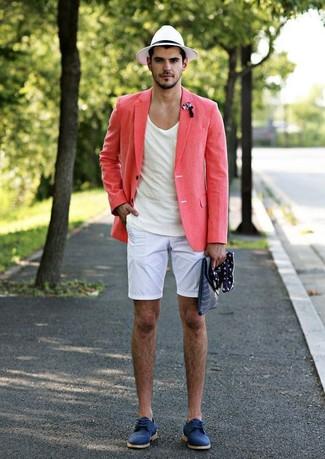 Comment porter: blazer en lin rose, t-shirt à col rond blanc, short blanc, chaussures derby en daim bleues