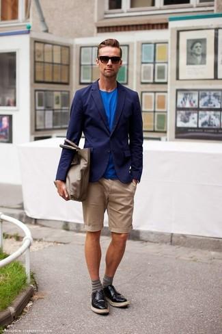 Comment porter: blazer bleu marine, t-shirt à col rond bleu, short marron clair, chaussures derby en cuir noires