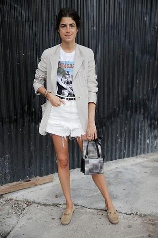 Comment porter: blazer gris, t-shirt à col rond imprimé blanc, short en denim blanc, slippers en daim beiges