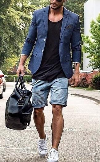 Comment porter: blazer bleu marine, t-shirt à col rond noir, short en denim bleu clair, baskets basses en toile blanches