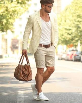 Comment porter: blazer en coton à rayures verticales jaune, t-shirt à col rond blanc, short beige, baskets basses en toile blanches