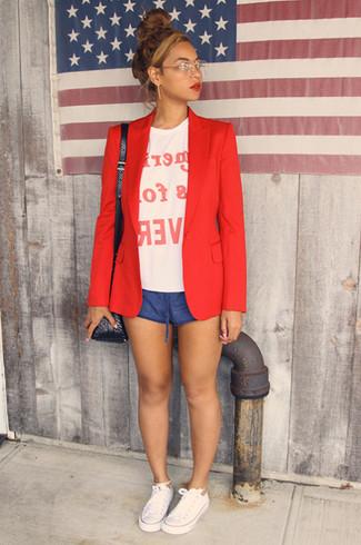 Comment porter: blazer rouge, t-shirt à col rond imprimé blanc et rouge, short bleu, baskets basses en toile blanches