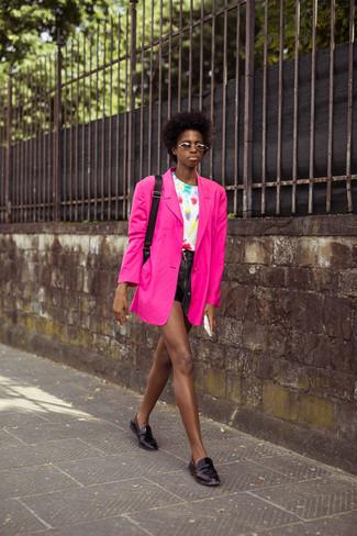 Comment porter: blazer fuchsia, t-shirt à col rond imprimé tie-dye blanc, short en cuir noir, slippers en cuir noirs