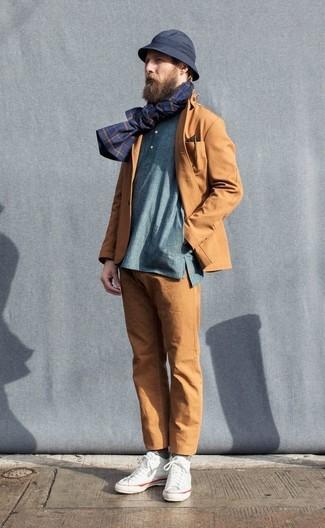 Comment porter: blazer en coton tabac, t-shirt à manche longue et col boutonné bleu, pantalon chino tabac, baskets montantes en toile blanches