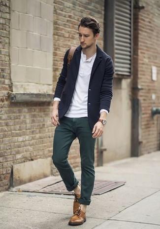 Comment porter: blazer en laine bleu marine, t-shirt à manche longue et col boutonné blanc, pantalon chino vert foncé, chaussures derby en cuir marron