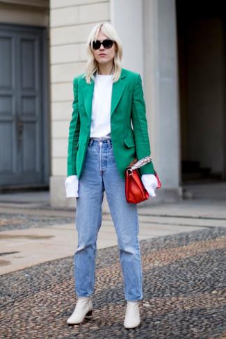 Un blazer vert et un jean bleu clair sont un choix de tenue idéale à avoir dans ton arsenal. Apportez une touche d'élégance à votre tenue avec une paire de des bottines en cuir blanches.