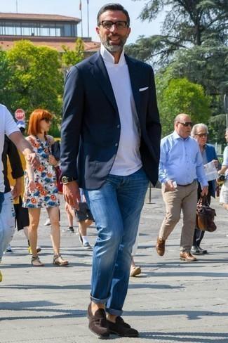 Comment porter des mocassins à pampilles en daim: Opte pour un blazer bleu marine avec un jean bleu pour créer un look chic et décontracté. Jouez la carte classique pour les chaussures et opte pour une paire de des mocassins à pampilles en daim.
