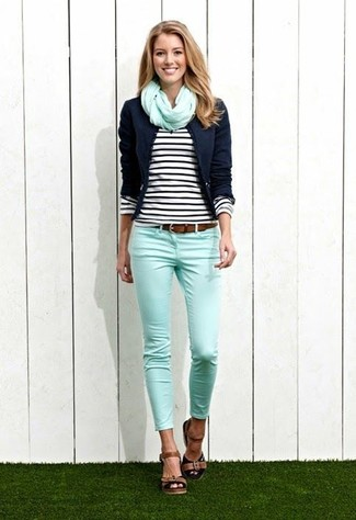 Comment porter: blazer bleu marine, t-shirt à manche longue à rayures horizontales noir et blanc, jean skinny vert menthe, sandales à talons en cuir marron