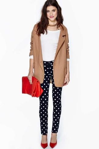 Comment porter des escarpins en cuir rouges: Pense à marier un blazer en laine marron avec un jean skinny á pois noir et blanc pour créer un style chic et glamour. Une paire de des escarpins en cuir rouges est une option avisé pour complèter cette tenue.