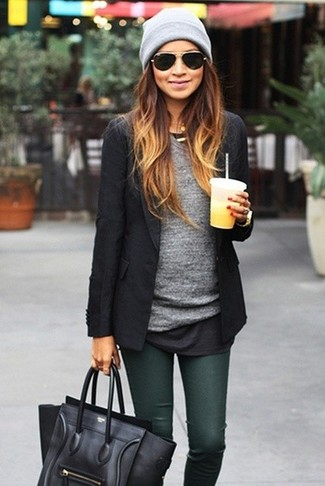 Comment porter: blazer noir, t-shirt à manche longue gris, jean skinny vert foncé, cartable en cuir noir
