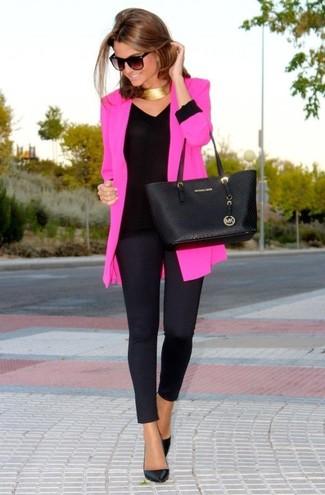 Comment porter: blazer fuchsia, t-shirt à manche longue noir, leggings noirs, escarpins en cuir noirs