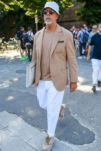 Comment porter un blazer marron clair: Harmonise un blazer marron clair avec un pantalon chino blanc pour un look idéal au travail. Pour les chaussures, fais un choix décontracté avec une paire de des baskets basses en daim beiges.
