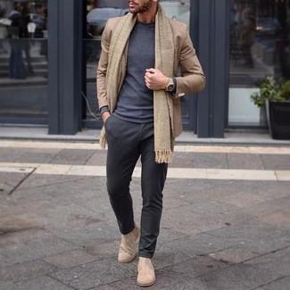 Comment porter une écharpe marron clair: Pense à harmoniser un blazer marron clair avec une écharpe marron clair pour un look idéal le week-end. Transforme-toi en bête de mode et fais d'une paire de des bottines chelsea en daim beiges ton choix de souliers.