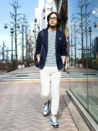 Tendances mode hommes: Essaie d'harmoniser un blazer bleu marine avec un pantalon chino blanc pour créer un look chic et décontracté. Jouez la carte décontractée pour les chaussures et fais d'une paire de des chaussures de sport blanc et bleu ton choix de souliers.