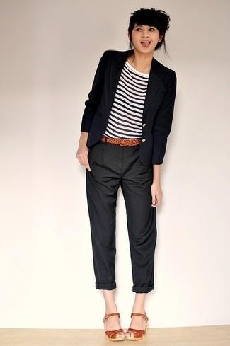 Pour créer une tenue idéale pour un déjeuner entre amis le week-end, associe un blazer bleu marine avec un pantalon chino noir. D'une humeur créatrice? Assortis ta tenue avec une paire de des sandales à talons en cuir tabac.
