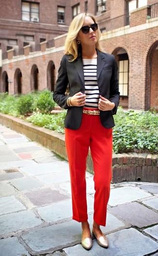 Comment porter un pantalon de costume rouge: Marie un blazer noir avec un pantalon de costume rouge pour se sentir en toute confiance et être à la mode. Une paire de des slippers en cuir dorés s'intégrera de manière fluide à une grande variété de tenues.