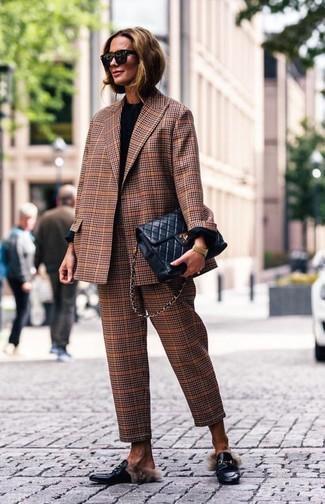 Comment porter: blazer écossais marron, t-shirt à manche longue noir, pantalon de costume écossais marron, slippers en cuir noirs