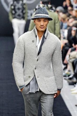 Comment porter: blazer en laine en tricot gris, t-shirt à manche longue gris, pantalon de costume en laine gris, chapeau en laine gris foncé
