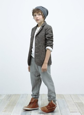 Comment porter: blazer gris, t-shirt à manche longue blanc, pantalon de jogging gris, bottes marron