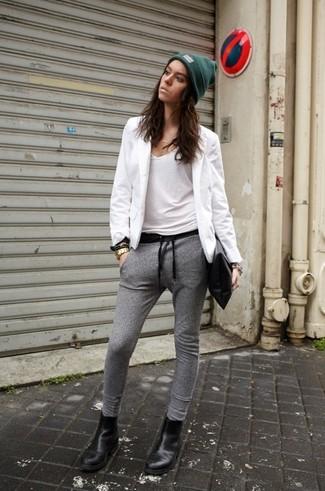 Affiche ton côté espiègle avec un blazer blanc et un pantalon de jogging gris. Complète ce look avec une paire de des bottines chelsea en cuir noires.