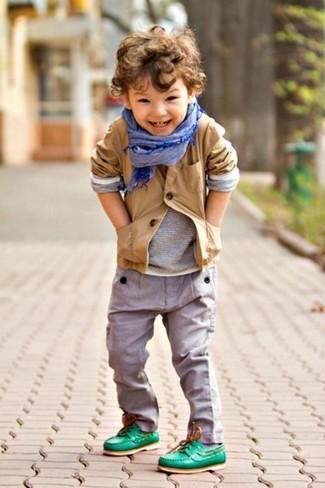 Comment porter: blazer marron clair, t-shirt à manche longue gris, pantalon gris, chaussures bateau vertes