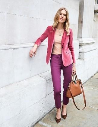Comment porter: blazer en velours fuchsia, t-shirt à manche longue rose, pantalon slim pourpre, escarpins en daim imprimés léopard marron