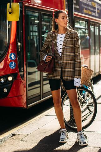 Comment porter: blazer écossais marron, t-shirt à manche longue imprimé blanc, short cycliste noir, chaussures de sport multicolores