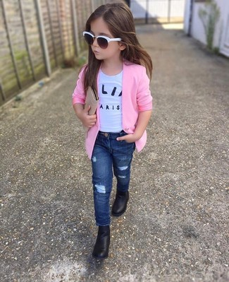 Comment porter: blazer rose, t-shirt blanc, jean bleu marine, bottes noires