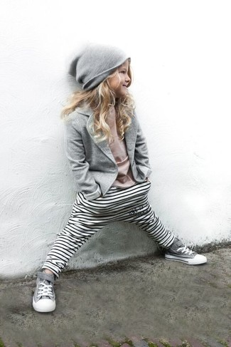 Comment porter: blazer gris, t-shirt rose, leggings à rayures horizontales blancs, baskets grises