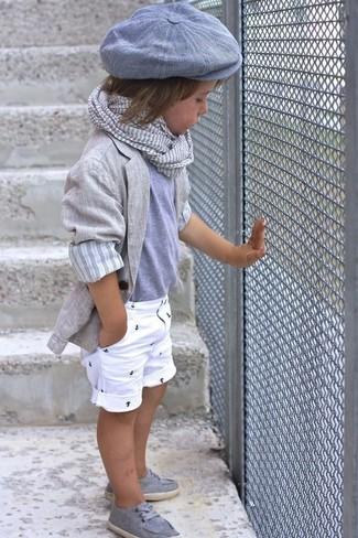 Comment porter: blazer gris, t-shirt gris, short blanc, chaussures bateau grises