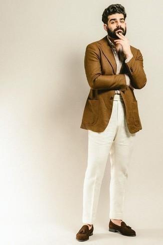 Comment porter une chemise de ville beige: Choisis une chemise de ville beige et un pantalon de costume en lin blanc pour un look classique et élégant. Décoince cette tenue avec une paire de des mocassins à pampilles en daim marron foncé.