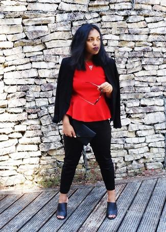 Comment porter: blazer noir, top à basque rouge, pantalon slim noir, mules en cuir noires