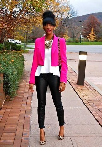 Comment porter: blazer fuchsia, top à basque blanc, pantalon slim en cuir noir, escarpins en daim imprimés léopard marron clair