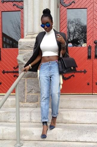 Comment porter: blazer noir, top court blanc, jean boyfriend bleu clair, escarpins en cuir bleu marine