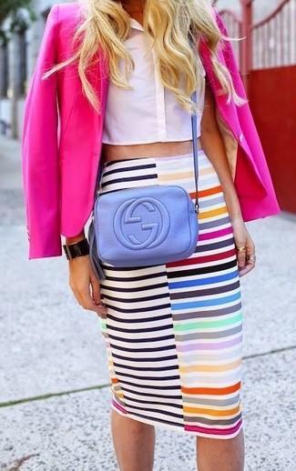 Comment porter: blazer fuchsia, top court blanc, jupe crayon à rayures horizontales multicolore, sac bandoulière en cuir violet clair