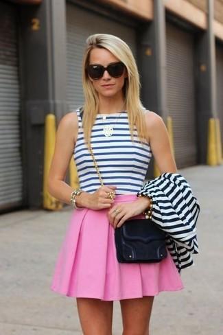 Marie un blazer blanc et bleu marine avec une jupe patineuse rose pour obtenir un look relax mais stylé.