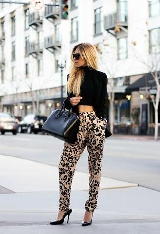 Comment porter: blazer en velours noir, top court noir, pantalon carotte imprimé léopard marron clair, escarpins en cuir noirs