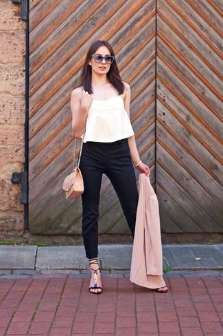 Comment porter: blazer rose, top court plissé blanc, pantalon slim noir, sandales à talons en cuir noires