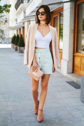 Comment porter: blazer beige, top court blanc, short bleu clair, escarpins en daim roses