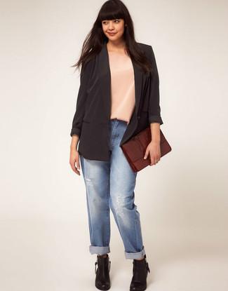 Comment porter une pochette en cuir bordeaux: Pense à associer un blazer en soie noir avec une pochette en cuir bordeaux pour une tenue idéale le week-end. Complète ce look avec une paire de des bottines en cuir noires.